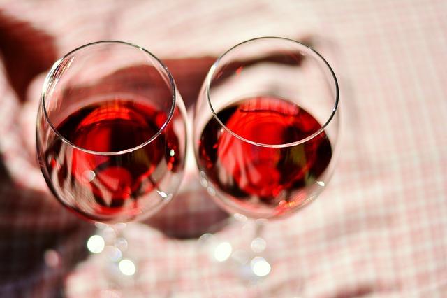 ¿Sabías que el vino tinto excita a las mujeres (y a las putas nos encanta)?